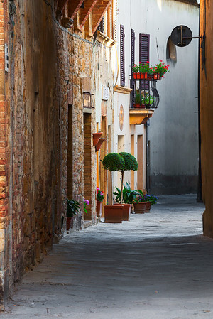 Narrow street in the morning (Pienza, Italy 2012)