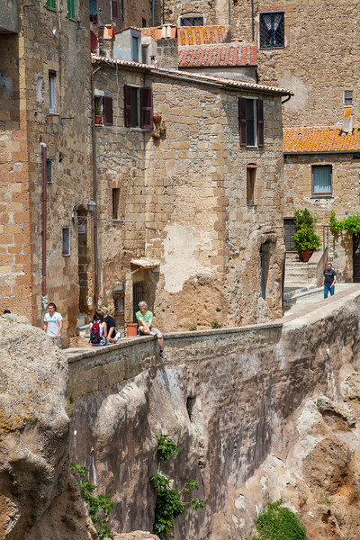 Wall walkway (Pitigliano, Italy 2012)