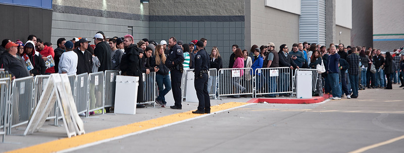 People wrap around the front of the Riverdale Best Buy to get great deals on consumer electronics. On Thanksgiving November 27 2014.