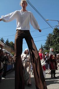 Stilt on Procession — Gólyalábas felvonuló