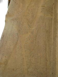 Királynőalak II. Ramszesz kolosszusán - a kartus nem olvasható, talán Nofertárié