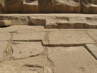 Kőfejtés nyomai a kő alapon a Nagy Piramis mellett