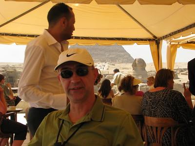 Gábor a Szfinx Caféban - háttérben a Szfinxszel