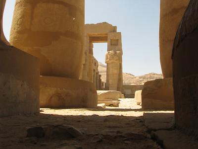 Ramesszeum és egyik, jellegzetes Ozirisz-szobra