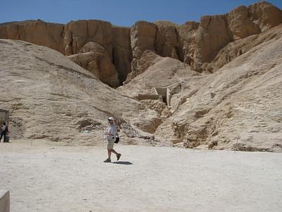 Gábor a Merneptah sírja előtt zajló ásatások előtt