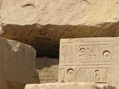 A ledőlt kolosszus alapzatának feliratai - előtérben II. Ramszesz nevei