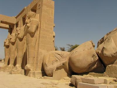 II. Ramszesz kolosszusa a perisztyludvar Ozirisz-szobraival