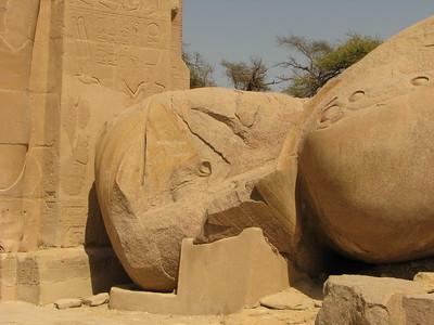A Nagy Pofáraesés - II. Ramszesz gigantikus kolosszusa arccal a földre dőlve