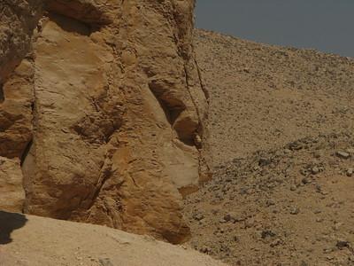 Emberi arcra emlékeztető sziklaformáció a Királyok Völgyében