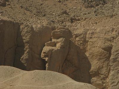 Rorsach-teszt alakú szikla a Királyok Völgyében