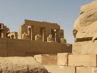 Az Ozirisz-szobrok a II. pylon mellől