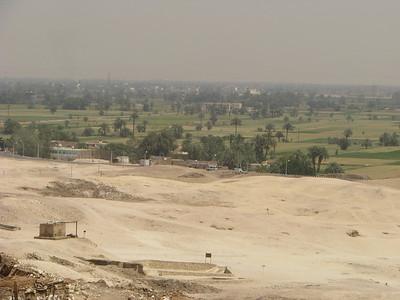 A sivatag és a termőterület határa - előtérben a Ramósze-sír