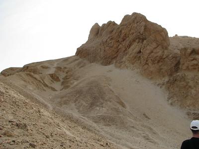 Dejr el-Medine jellegzetes sziklája a túloldalról