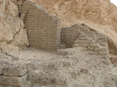 Romok a Hathor-templom északi oldalánál
