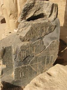 Ülőszobor csonka trónusa II. Ramszesz kartusaival