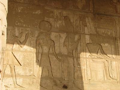 Amon, Mut és Khonszu, áldozatnak háttal ;)