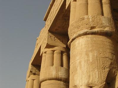 II. Ramszesz kartusai a portikusz oszlopfőin