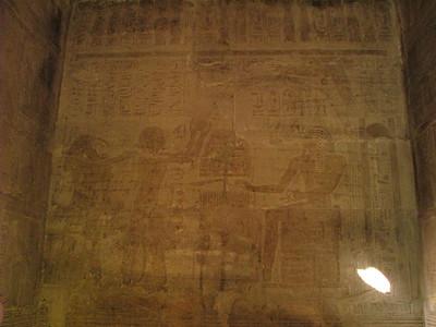 II. Ramszesz Thot segítségével akrobatikus áldozatot mutat be a megistenült I. Széthi előtt
