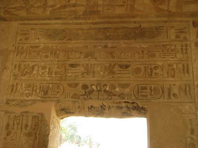 Balra I. Széthi, jobbra II. Ramszesz nevei az egyik bejárat felett
