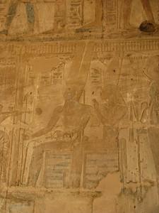Amon, a Trónusok Ura, Mut, Iseru Úrnője és a Thébai Khonszu-Neferhotep