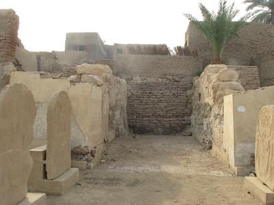 Az I. pylon elfalazott kapuja az emlék-sztélékkel