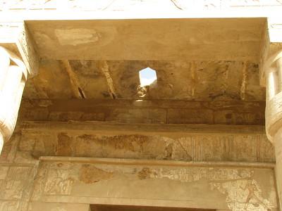 Színes festés maradványai a portikuszon