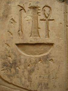 A dzsed, ankh uasz és neb jelek alatt odafirkált Amon-név