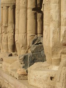Fények és ritmusok - II. Ramszesz szobortöredéke a portikuszon