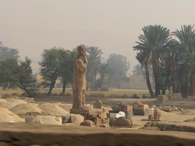 III. Amenhotep szobra a halotti templomában (a Memnón-kolosszusok mögött)