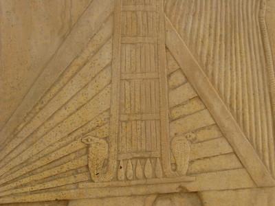 A király csodálatosan kidolgozott óbirodalmi kötényének részlete