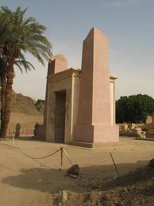 II. Amenhotep alabástrom bárkaszentélye