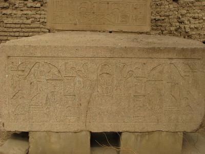 Gránittömb III. Szenuszert (Khakauré) nevével
