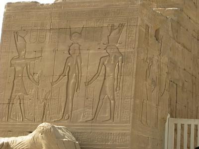 Hadrianus??? Hathor és Hórusz előtt az álpylon külső részén