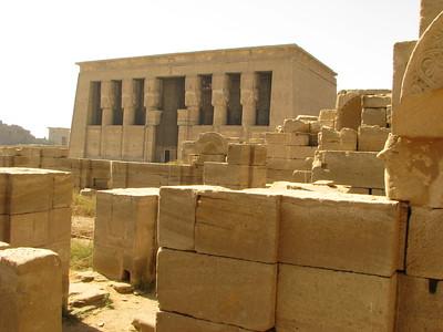 A Hathor-templom hiposztylcsarnoka a keresztény bazilika romjai felől