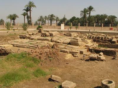 Római kori romok a Hathor-templom előtt
