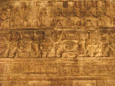 Szokatlan fríz: Bész, Hathor és Ureusz a római kori mammisziben