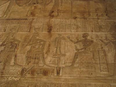 Ihi megformálása: Hathor és Ízisz a gyermeket és ka-lelkét szoptatja, jobb szélen a császár tejet áldoz