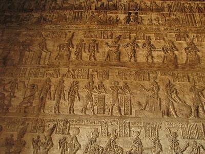 Az ember teremtése: Khnum fazekaskorongon formálja, Heqet segítségével, majd a testet és a ka-lelket Hathor elé viszik