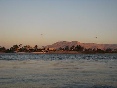 Théba Nyugati Hegyei hajnali fényben, hőlégballonokkal