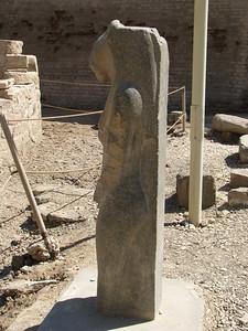Menhyt szobra az esznai Khnum-templom előtt