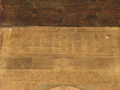 A heqer-frízben Khnum kuporgó alakjai szorgosan oltalmazzák a császár kartusait