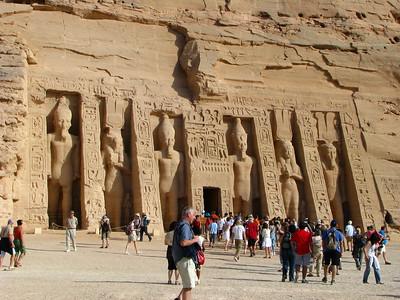 II. Ramszesz és Nefertári-Merenmut - egyforma magasak!