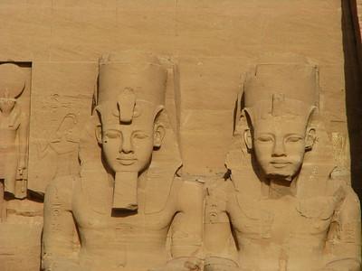II. Ramszesz kolosszusai a Nagytemplom homlokzatának északi felén