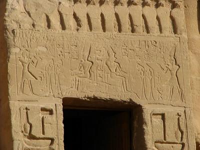 A Kistemplom bejárata felett áldozati jelenetek Amon és Hórusz előtt