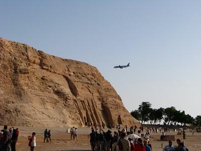 Repülőgép száll le a Kistemplom mögött