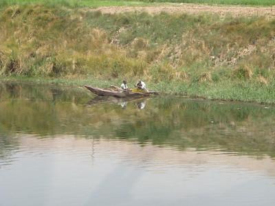 Halászok a csatorna vizén