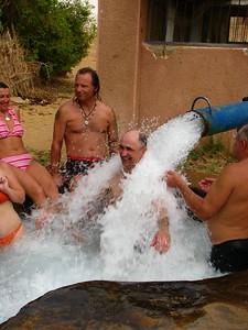 Látványos a kút vízhozama - Gábor masszíroztatja magát
