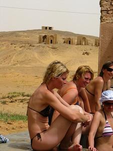 Strandolás a sivatagi kútban, Bagawat lábánál