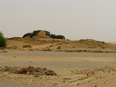 """Egy eddig nem ismert, nyerstégla """"objektum"""" kb. félúton Bagawat és a Hibisz-templom között"""