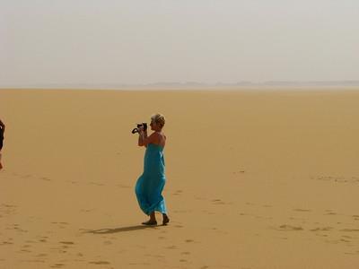 Adri fotóz a Nagy Erg északi csücskén, a Sárga-sivatagban